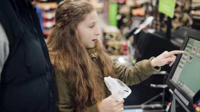 Jak się robi zakupy w kasie samoobsługowej w sklepach [Krok po kroku]