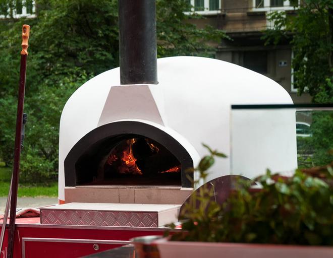 Mobilny piec opalany drewnem - pomysł na dochodową pizzerię bez ograniczeń lokalowych